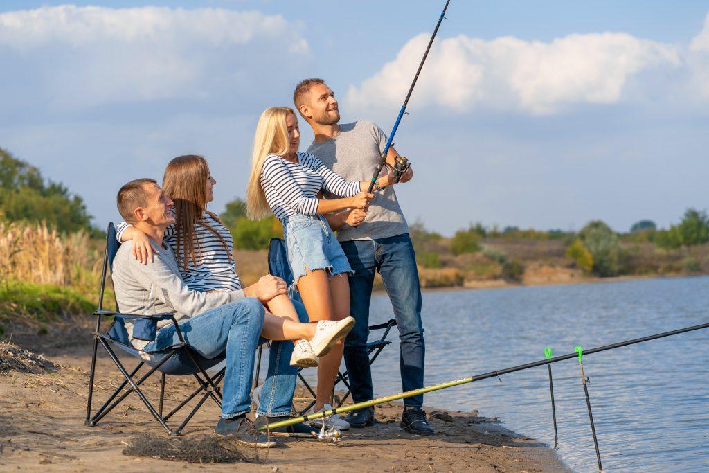 Majówka 2020 na Mazurach. Grupa przyjaciół na rybach nad jeziorem.