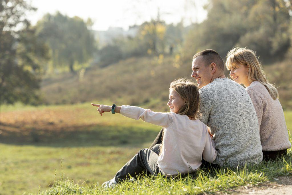 Mazury na Weekend. Rodzina relaksująca się na polanie.