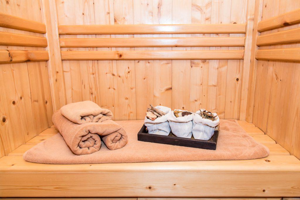Sauna sucha. Wnętrze sauny suchej.