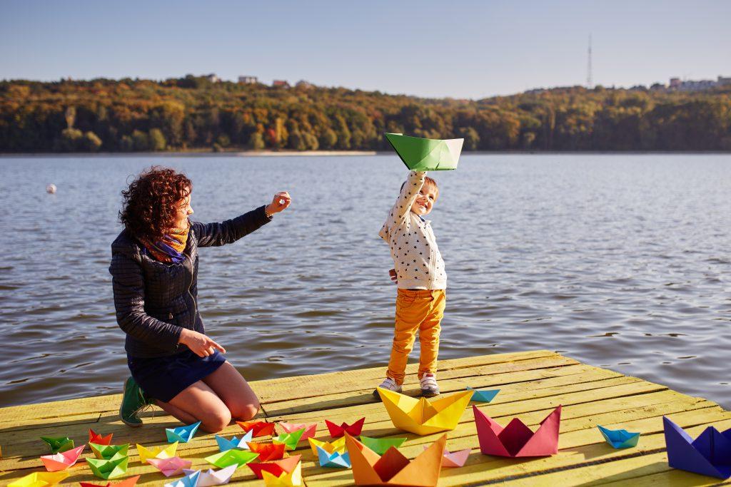 Mazury z dziećmi. Mama z córeczką bawiąca się na pomoście.