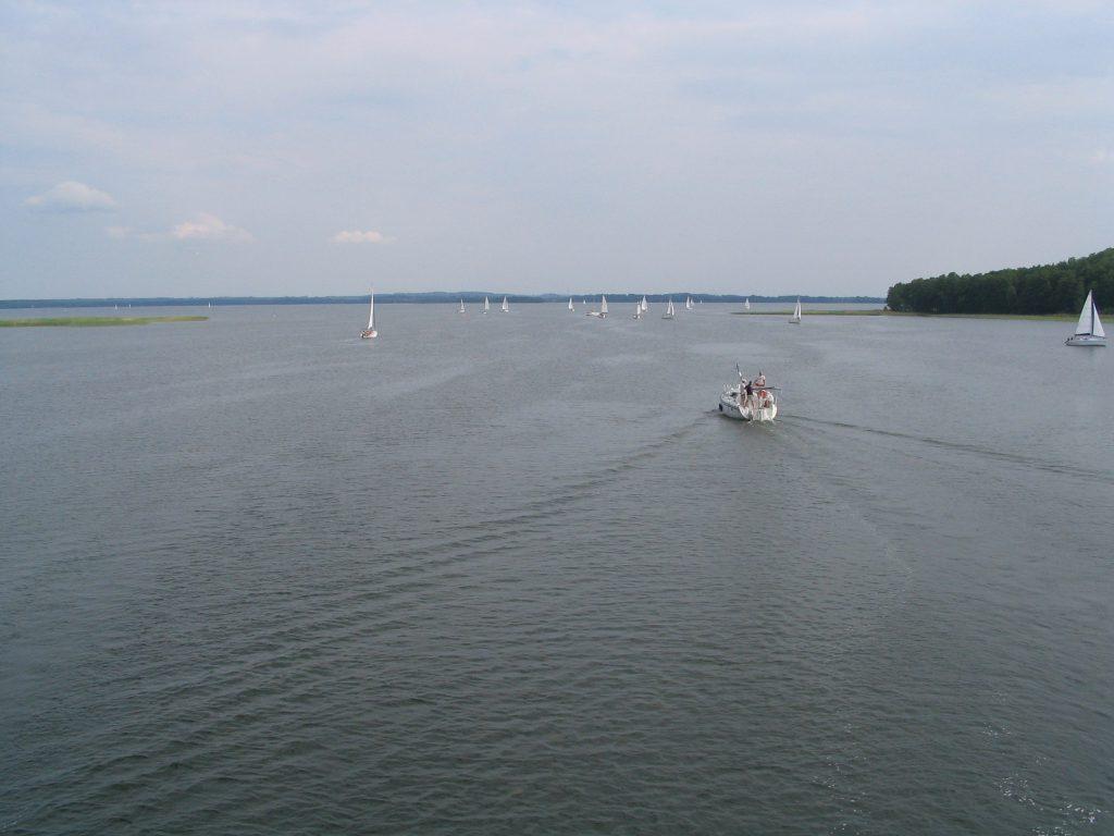 Jezioro Dargin - widok na łodzie